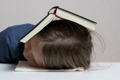 schlafen mit Buch überm Kopf